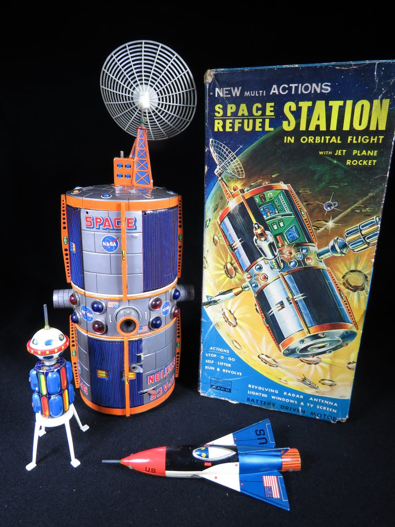 Antique Vintage Space Refuel Station - Waco – Japan Tin Lithograph Battery Operated Futuristic Space Craft Toy For Sale